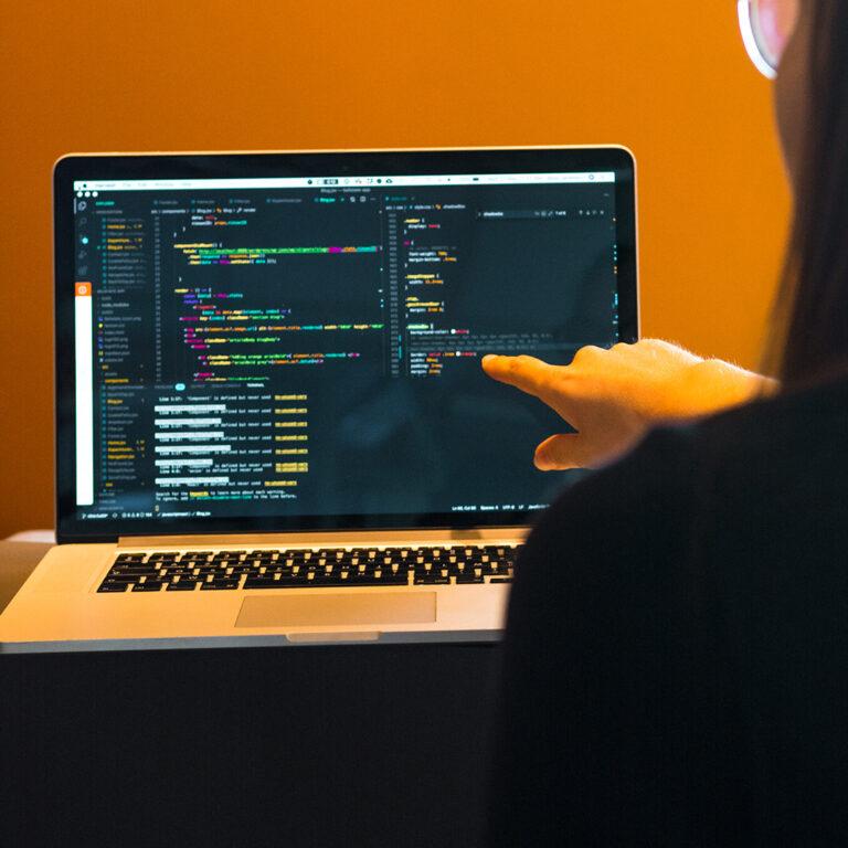 laptop programmeren wijzen vinger