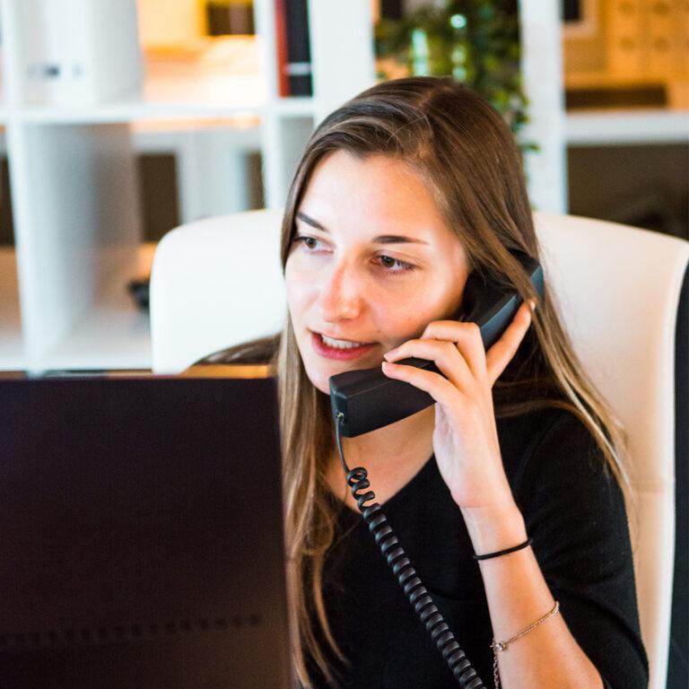 vrouw telefoneert met klant