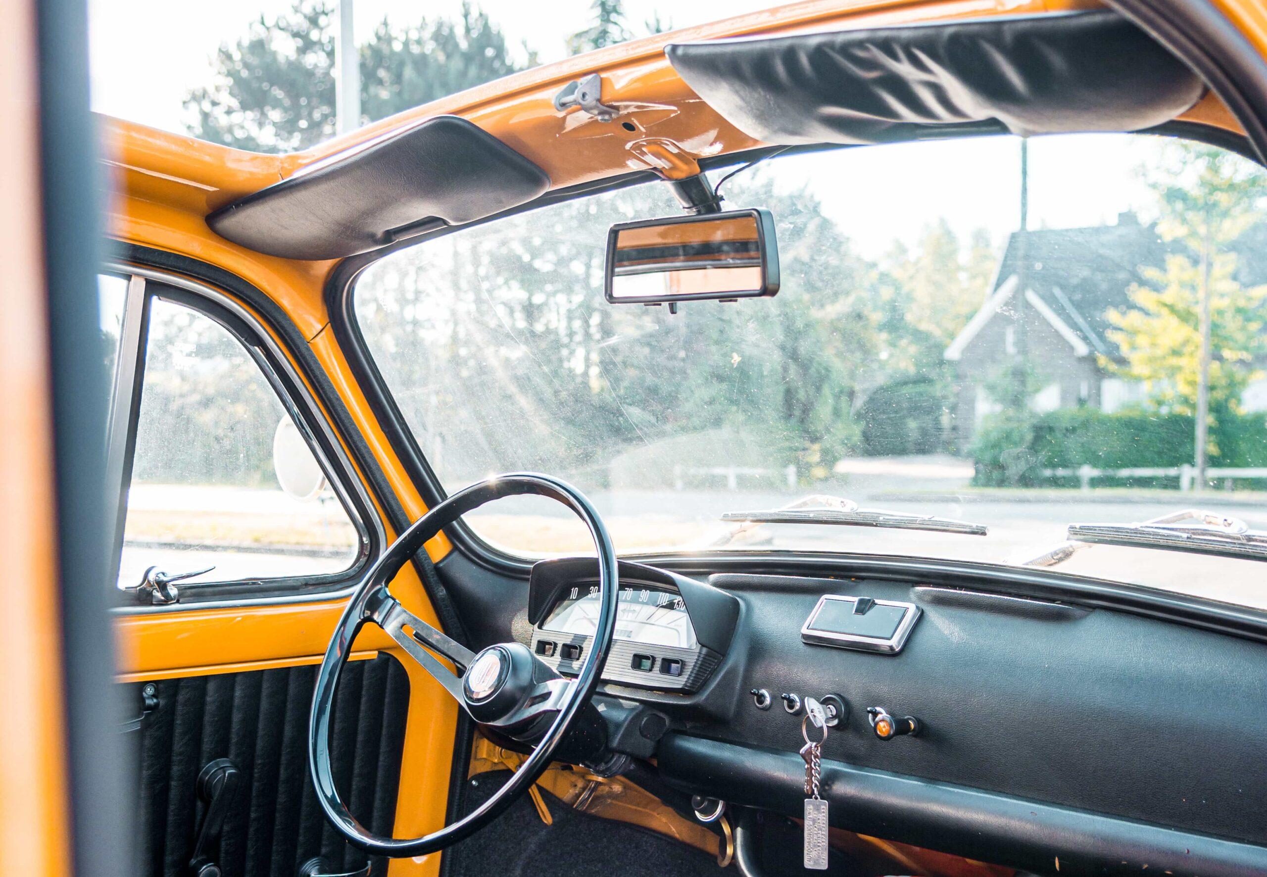 stuur en binnenkant gele Fiat 500